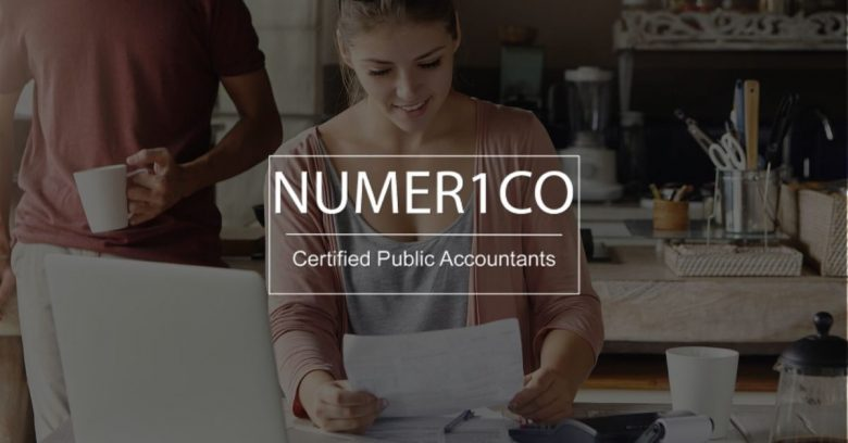Couple does monthly financial planning - Numerico