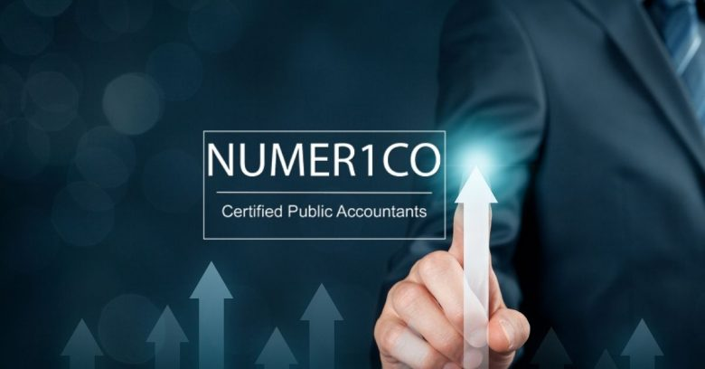 Man pointing to an upward arrow - Growing a business - Numerico