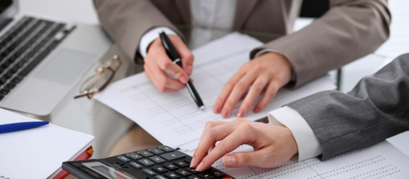 Business people working on financial documents - Numerico